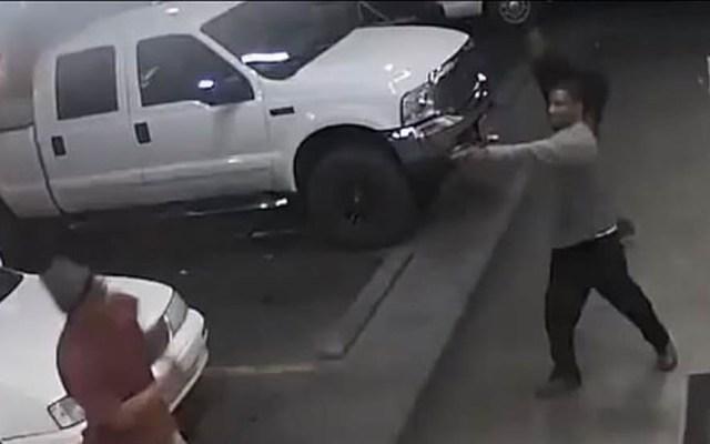 #Video Sujeto termina pelea verbal asesinando a oponente - Hombre de color asesinó al automovilista con quien momentos antes sostuvo una pelea. Captura de pantalla
