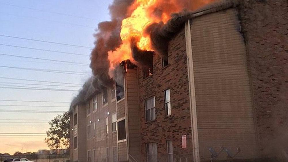#Video Madre deja caer a su bebé desde ventana durante incendio