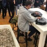 Joven acude a tienda con tina llena de monedas para comprar iPhone