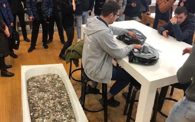 Joven acude a tienda con tina llena de monedas para comprar iPhone - Joven acudió a una tienda Apple con una bañera llena de monedas para comprar el iPhone XS. Foto de internet