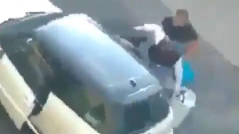 #Video Ladrones disparan a vecinos al verse descubiertos en Iztapalapa - Ladrones huyendo tras robar en casa de Iztapalapa. Captura de pantalla