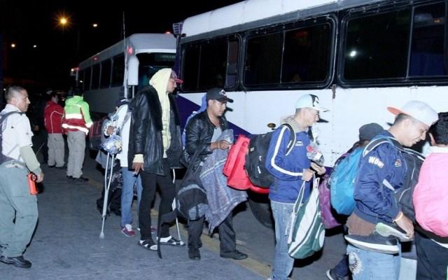 """Migrantes arremeten contra gobierno de Jalisco por """"mentirles"""" - Migrantes abordando autobuses rumbo a Nayarit. Foto de Twitter"""