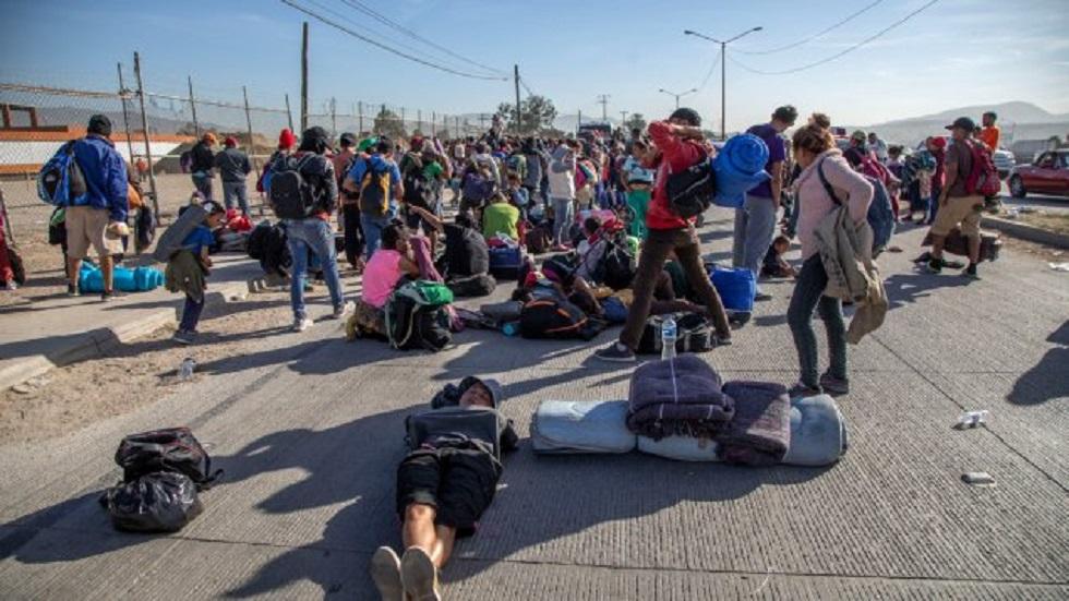 Repatriarán a joven hondureño tras ser atropellado - Migrantes descansando en Tijuana. Foto de Asimismo