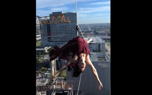 #Video Mujer ejecuta acto de danza aérea frente a edificio en Dallas - Captura de pantalla