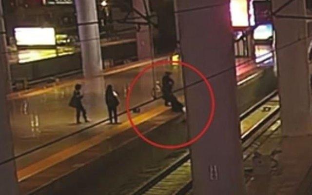 """#Video Mujer se lanza a las vías del tren para """"asustar"""" a su novio - Foto de Daily Mail"""