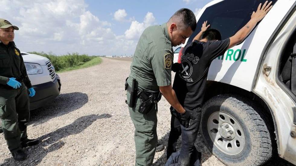 Hombre dispara a indocumentados en frontera de Texas - Patrulla Fronteriza realizando una detención. Foto de Internet