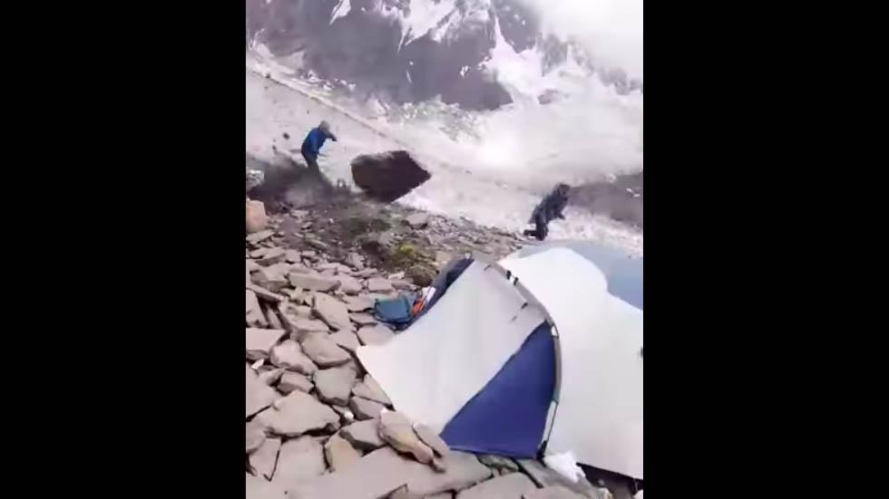 Escalador se libra de una muerte segura al esquivar enorme roca desprendida