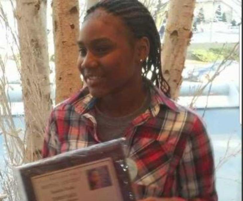 Sandra Parks tras recibir reconocimiento por ensayo contra la violencia. Foto de Internet
