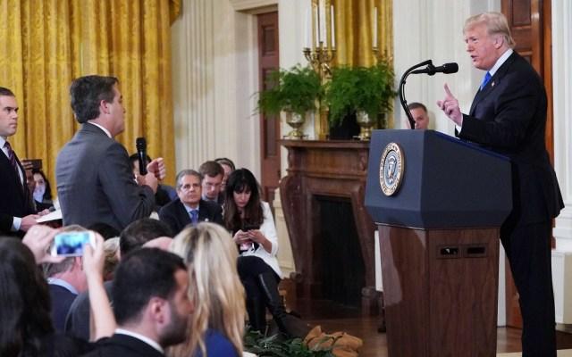 Juez ordena a la Casa Blanca devolver credencial a Jim Acosta - Donald Trump confrontó al corresponsal de CNN, Jim Acosta. Foto de AFP / Mandel Ngan