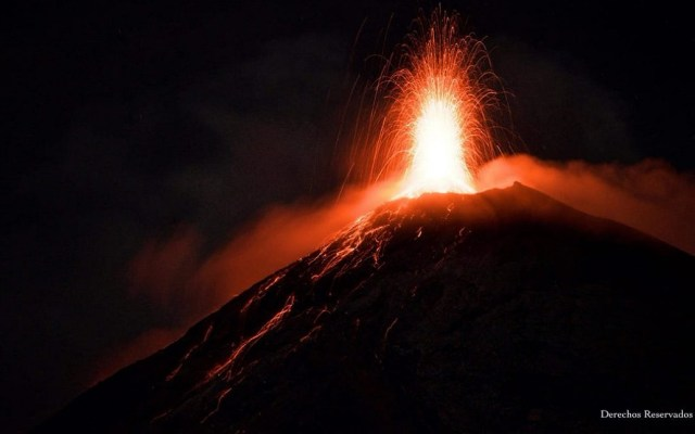 Casi tres mil evacuados tras nueva erupción del volcán de Fuego - Última explosión del volcán de Guatemala. Foto de @ConredGuatemala