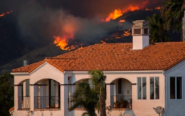 Mansiones de Cher y Britney Spears se salvaron del Woosley Fire - Woosley Fire en Malibú. Foto de Getty Images