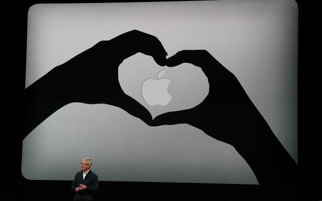 Tim Cook reitera que no hay espacio para contenido en odio en sus plataformas - Foto de AFP