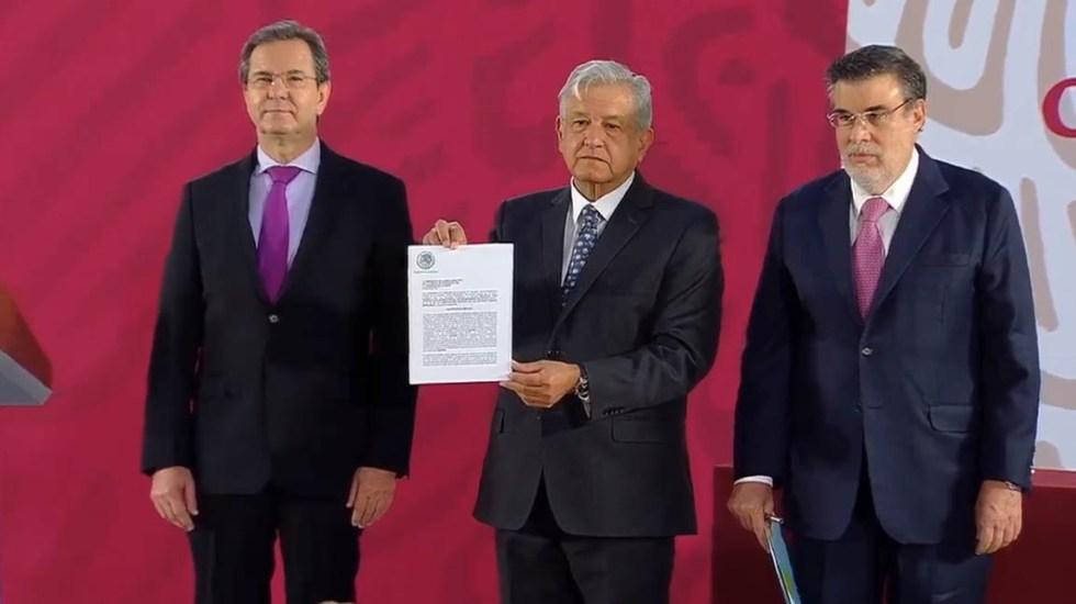 López Obrador firma iniciativa para derogar la Reforma Educativa - Firma de la iniciativa contra la Reforma Educativa. Captura de pantalla