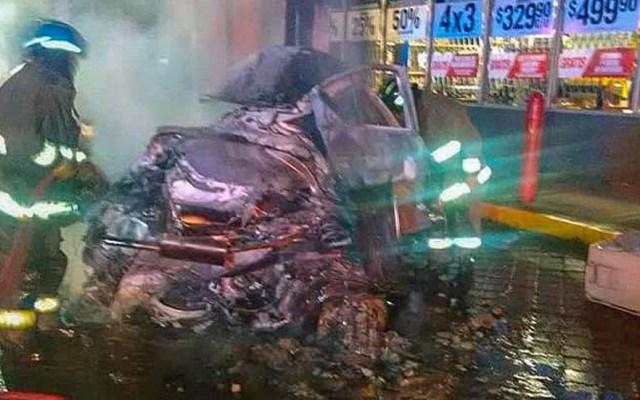 Dos personas mueren calcinadas dentro de auto en Tlalnepantla - El conductor se estrelló contra un poste y el auto se incendió. Foto de Facebook