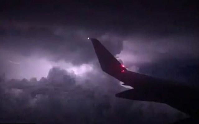 Tormenta atrapa avión y tres pasajeros salen heridos - Avión entre la tormenta. Captura de pantalla