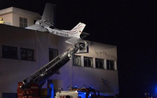 Se estrella avioneta contra edificio en Barcelona; hay dos muertos - Foto de @oquebe