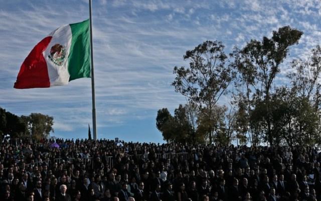 Decretan tres días de luto en Puebla por accidente aéreo - Bandera a media hasta en Puebla. Foto de CNN