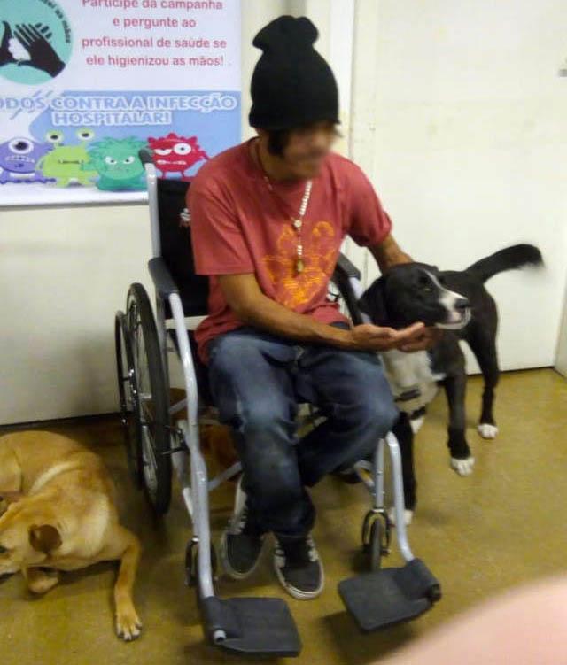 César pudo convivir con sus perros mientras recibió tratamiento médico. Foto de Ana Paula Bogo