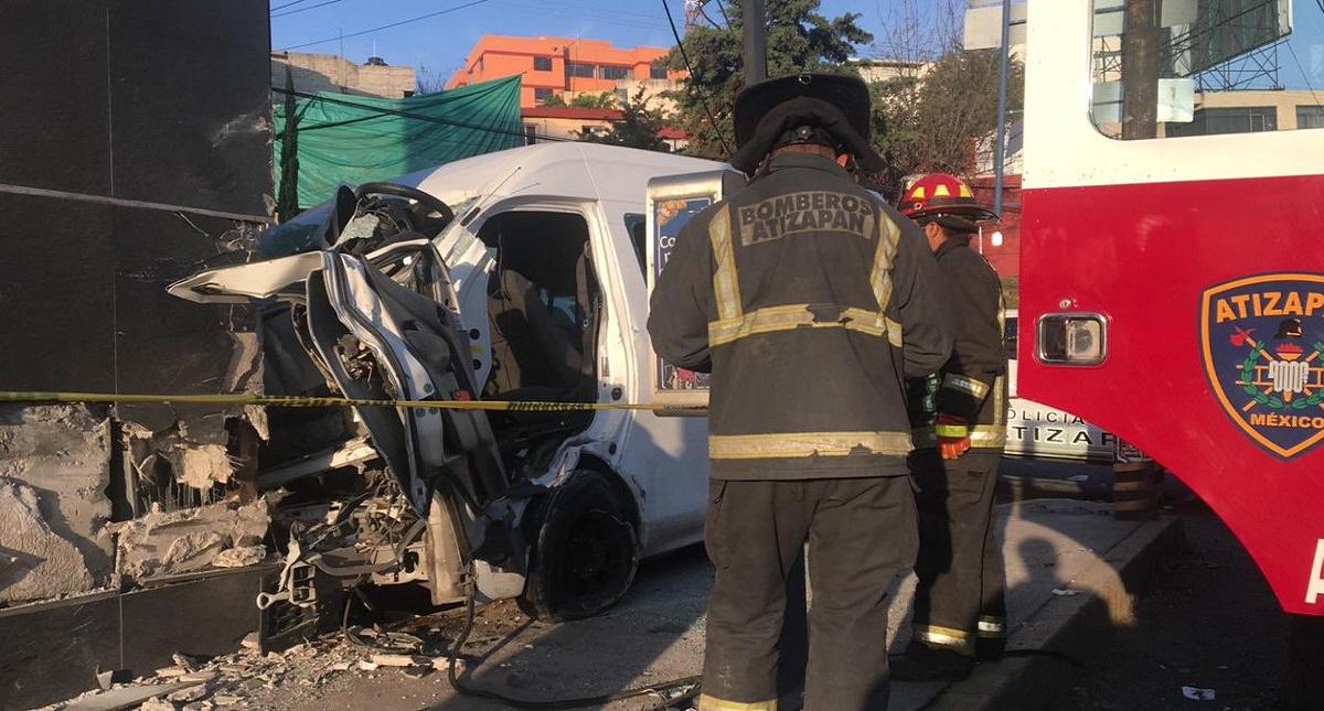 La parte frontal de la camioneta quedó destruida por el impacto. Foto de @MrElDiablo8