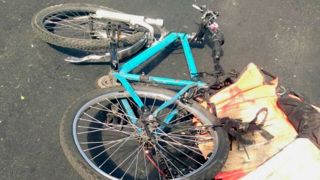 #Video Conductor derriba a ciclista y un camión lo atropella - #Video Conductor derriba a ciclista y un camión lo atropella