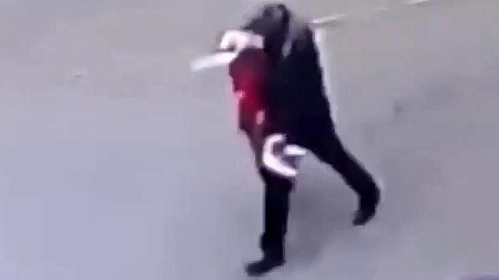 El individuo llevaba de la mano a la menor por la calle. Captura de pantalla