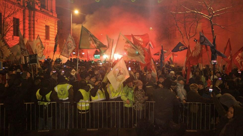 Miles se manifiestan en Hungría contra la 'Ley de Esclavos' - Foto de Peter Kohalmi/AFP