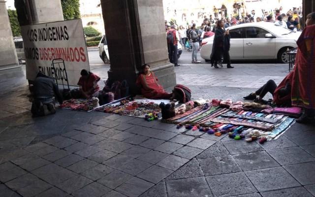 #Video Comerciantes indígenas enfrentan a autoridades en el Zócalo - Foto de @merinogus13