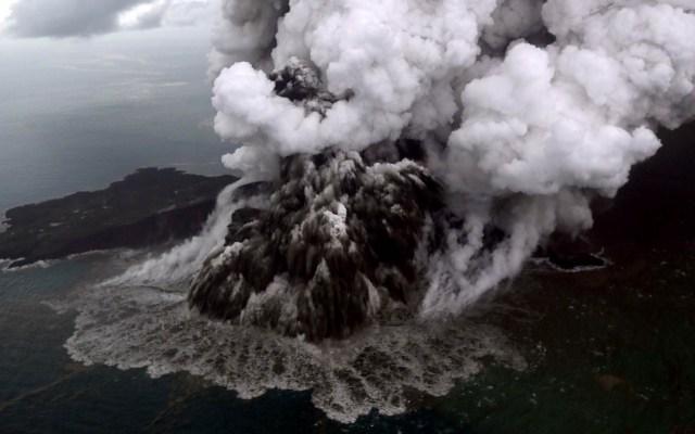 Aumentan nivel de alerta del volcán causante del tsunami en Indonesia - Horas después del tsunami, el volcán Krakatoa seguía haciendo erupción. Foto de AFP / Nurul Hidayat