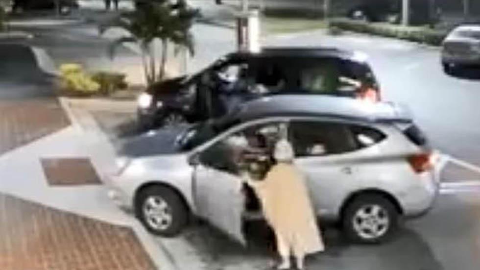 La anciana trató de recuperar su bolso forcejeando con su agresor. Captura de pantalla