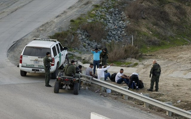 Detienen en EE.UU. a migrante con bacteria carnívora - Foto de AP