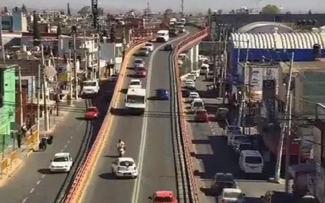 #Video Taxi embiste a motociclistas en Ecatepec - #Video Taxi embiste a motociclistas en Ecatepec