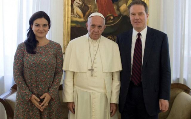 Director y vicedirectora de la sala de prensa del Vaticano dimiten - El papa Francisco, en compañía de Paloma Garcia Ovejero y Greg Burke. Foto de Reuters