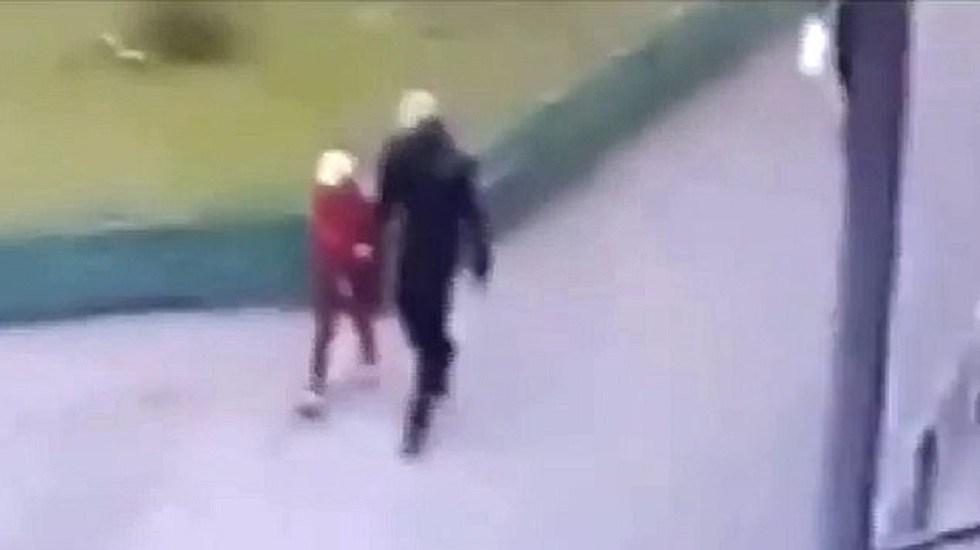 #Video Sale de la cárcel por pedofilia e intenta llevarse a niña - Pedófilo intentando llevarse a niña. Captura de pantalla