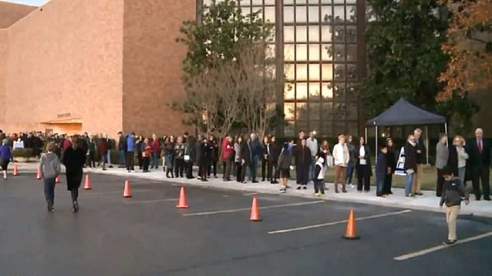 Personas esperando su turno para ingresar a ver el féretro de George HW Bush. Foto de KTVI