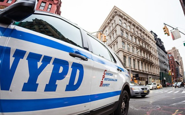 Mujer demanda a Policía de NY por obligarla a dar a a luz esposada - policias obligan a mujer a dar a luz esposada