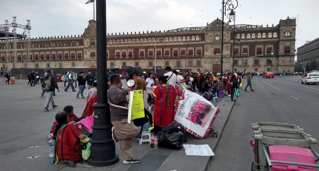 Sheinbaum promete mercado a comerciantes indígenas - Protesta de comerciantes indígenas en el Zócalo. Foto de @merinogus13