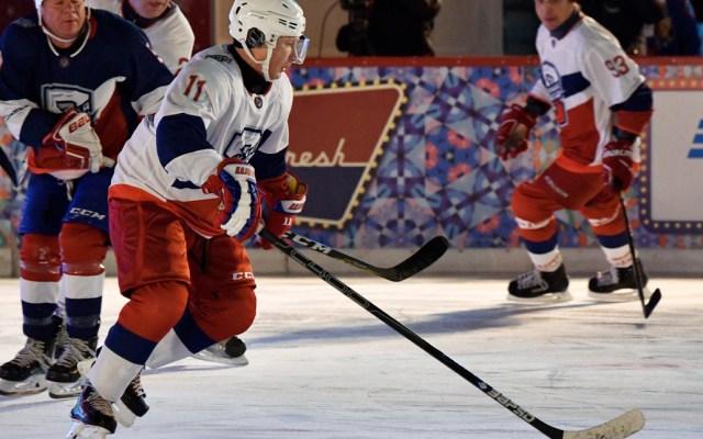 Putin despide el año jugandohockey en la Plaza Roja - Foto de AFP