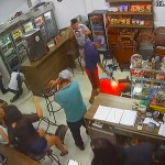 #Video Cliente de bar desarma a agresor y lo balea