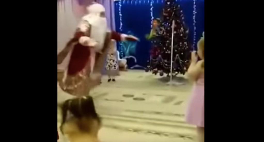 #Video Santa Claus muere en pleno festival infantil