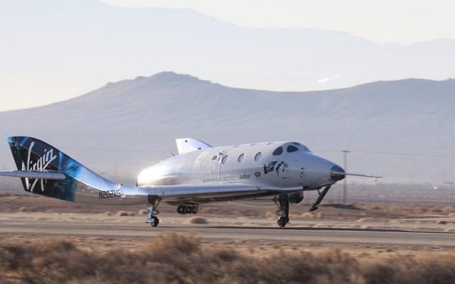 Aeronave de turismo espacial completa primer viaje suborbital - SpacheShipTwo a su regreso de vuelo en el espacio. Foto de @virgingalactic