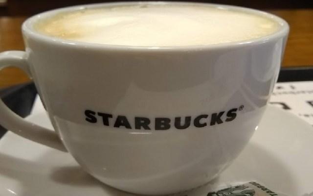 Sentencian a Starbucks a indemnizar a cliente por robo de laptop - Taza de café de Starbucks. Foto de Lucia Tesi
