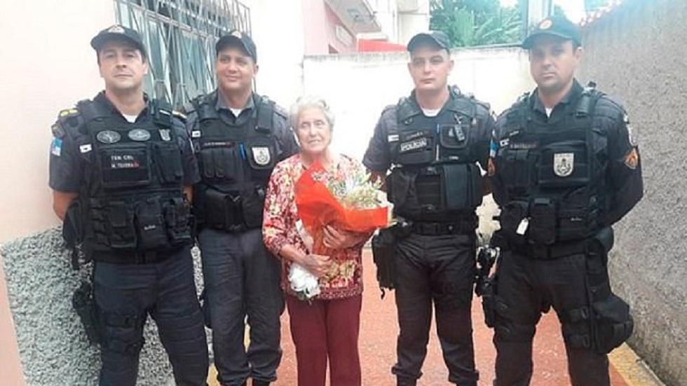 Tereza con los oficiales que salvaron su vida. Foto de CEN
