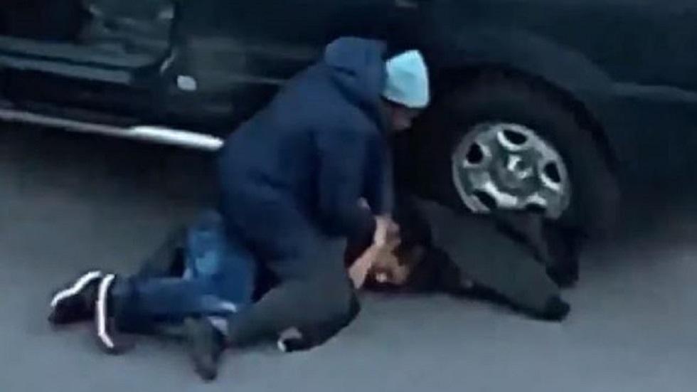 #Video Mamá somete a joven que intentó robar su camioneta en el Bronx - Tihisha Jones retuvo al ladrón durante casi media hora. Captura de pantalla