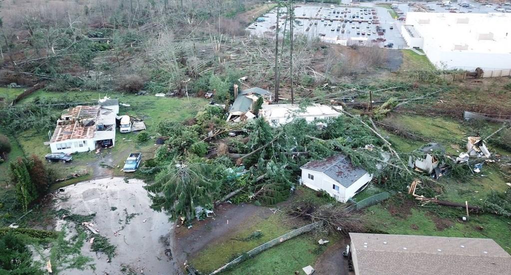Inusual tornado daña 50 estructuras en Seattle - Tornado en Port Ochard. Foto de @wspd8pio