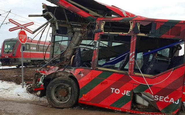 Choque de tren a autobús escolar en Serbia deja 5 muertos y 30 heridos - Foto de Twitter