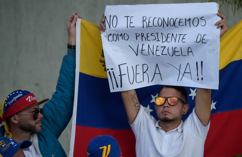 Venezolanos piden al gobierno mexicano desconocer régimen en su país - Venezolanos que viven en Colombia protestan contra la toma de posesión de Nicolás Maduro. Foto de AFP.