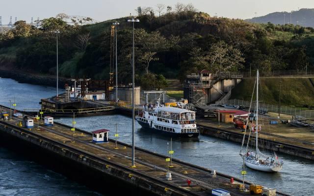 El velero Exultet en el Canal de Panamá. - Peregrinos franceses a bordo del velero Exultet en el Canal de Panamá. Foto de AFP.