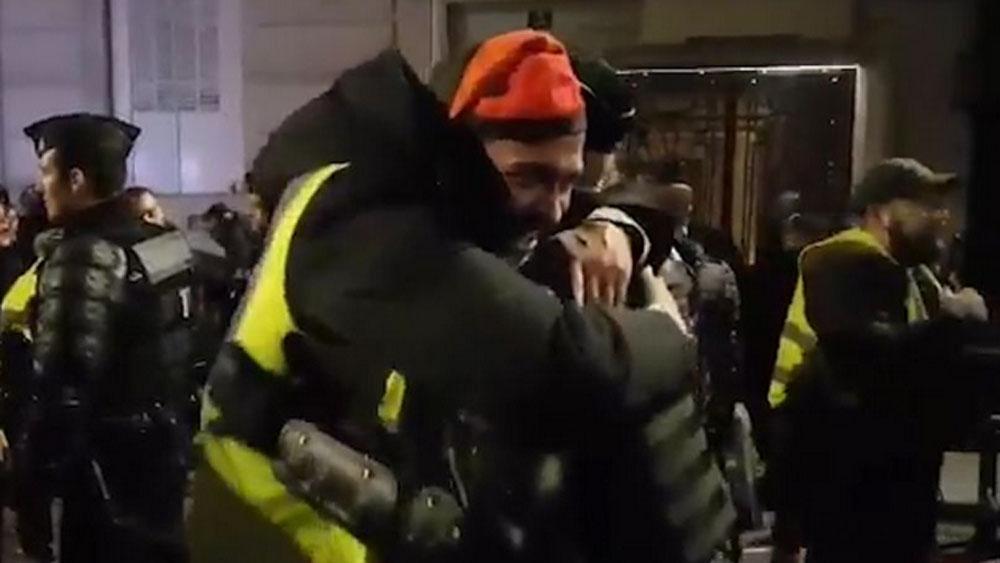 #Video Chalecos amarillos abrazan a policías franceses por año nuevo