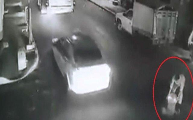 #Video Vendedor tira aceite a la calle y provoca múltiples accidentes - Captura de Pantalla