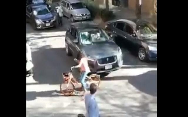 #Video Conductor avienta auto a ciclista en la CDMX - Agresión a ciclista. Captura de pantalla